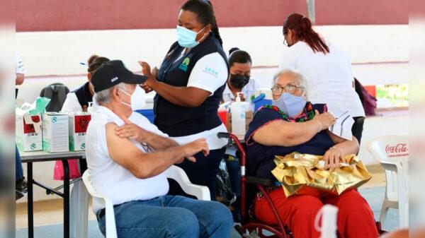 Reanudan en Cancún vacunación covid-19 a mayores de 40 años