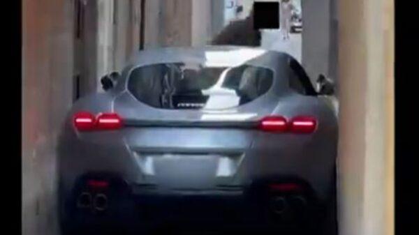 El dueño de un Ferrari Roma intentó cruzar una calle angosta a bordo del superdeportivo se quedó atorado en medio del camino