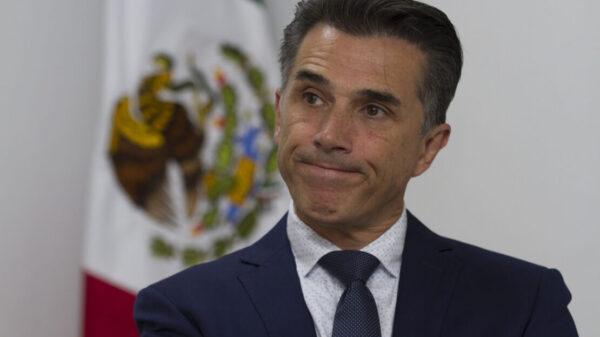 """Hospitalizan a Sergio Mayer por extraño virus, lo reportan """"delicado pero estable"""""""