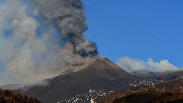 El volcán 'Etna' entró en erupción con emisión de lava y cenizas