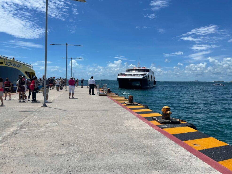"""Supervisan pruebas de atraque del barco """"Xel-Há"""" del Grupo Xcaret; la embarcación maniobró en la banda norte del muelle de Isla Mujeres."""