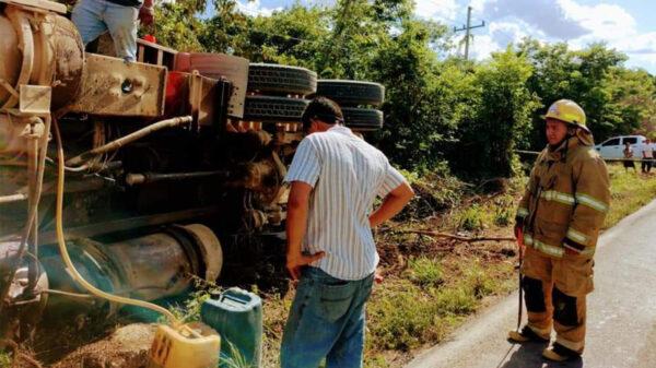 Vuelca camión al chocar en tramo El Ideal-Ignacio Zaragoza