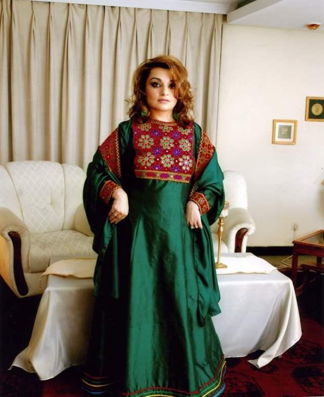 La bellísima Wazhma Sayle luce un tradicional traje afgano, con el que demuestra el porte y estilo de sus mujeres, divina la dama.