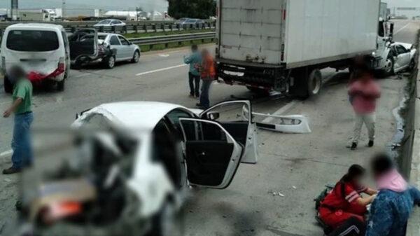 Aparatoso choque entre siete vehículos deja un muerto y 15 heridos