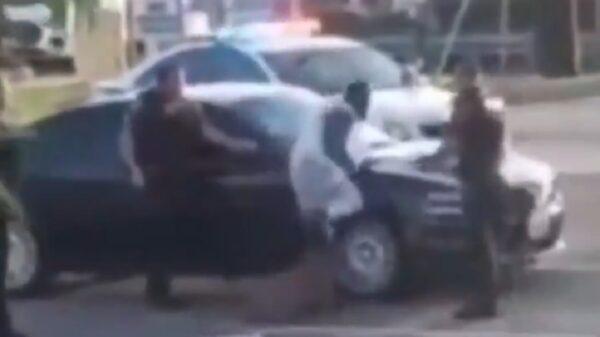 Azuzan policías de EU a perro para que muerda a un afroamericano