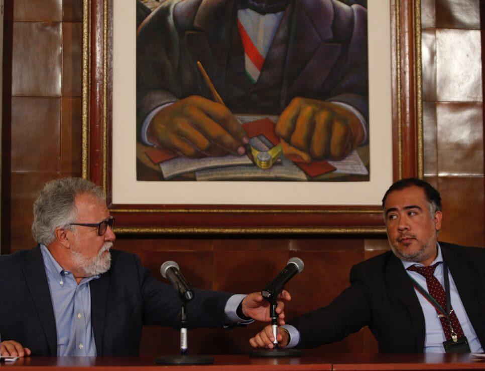 El subsecretario de Derechos Humanos, Población y Migración de la Secretaría de Gobernación, Alejandro Encinas, y el fiscal Omar Gómez Trejo ofrecieron conferencia sobre el caso Iguala en el salón Juárez del palacio de Cobián.