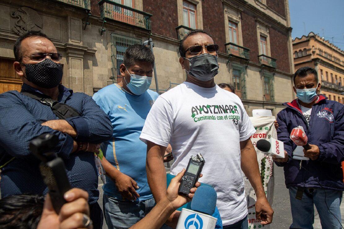 """Reclaman a AMLO familias de los 43 de Ayotzinapa, """"no hay avance"""""""