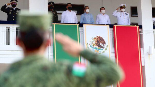 Atestigua gobernador desfile conmemorativo de la Independencia de México.