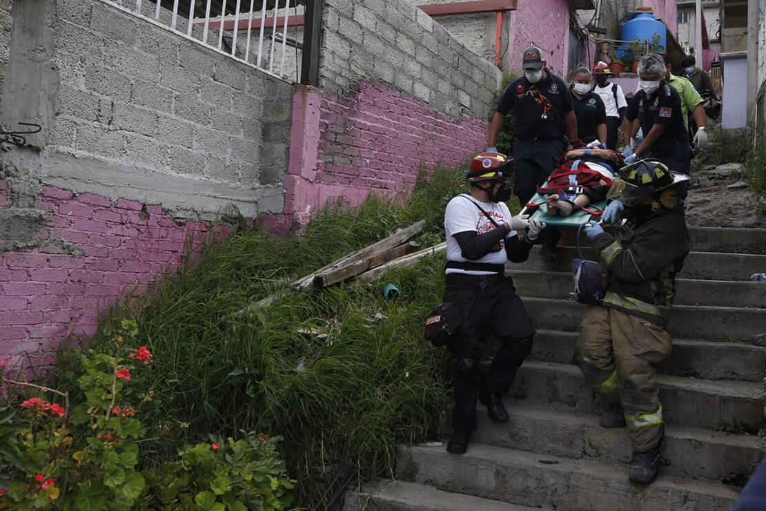 El desgajamiento de peñas en el Cerro del Chiquihuite aplastó casas, vehículos, postes y taponó la calle Club Exploradores de Chimalhuacan, en la colonia Lázaro Cárdenas, Tercera Sección, en la parte alta de la Sierra de Guadalupe.