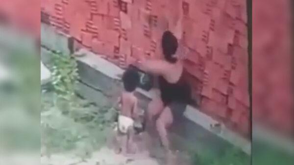 Video: Mujer se viste de héroe y salva con su cuerpo a bebé de ser aplastado