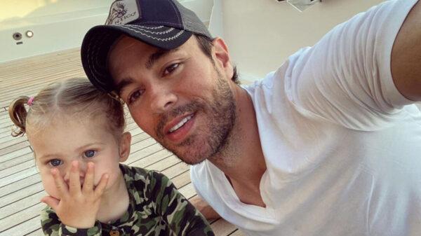 Hija menor de Enrique Iglesias enternece al escuchar su nuevo sencillo