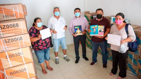 Participa gobierno de Puerto Morelos en entrega de libros de texto gratuitos a secundarias