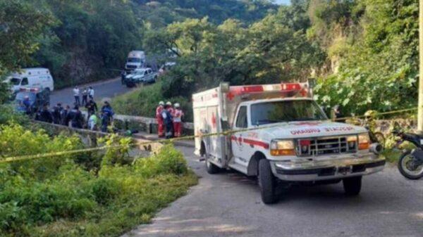 Dos muertos al tratar de auxiliar a motociclista que cayó en barranca en Morelos