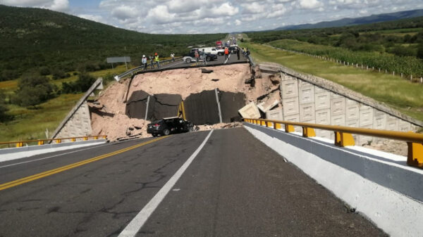 En San Luis Potosí cae puente y deja un muerto y cuatro lesionados