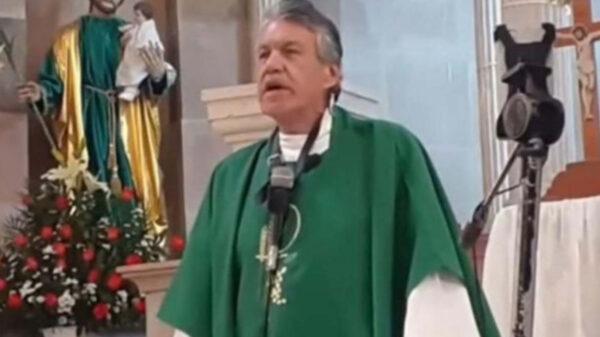 Sacerdote insulta a mujer con sobrepeso en plena misa