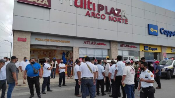 Taxistas de Cancún e Isla Mujeres disputan el pasaje a mototaxistas