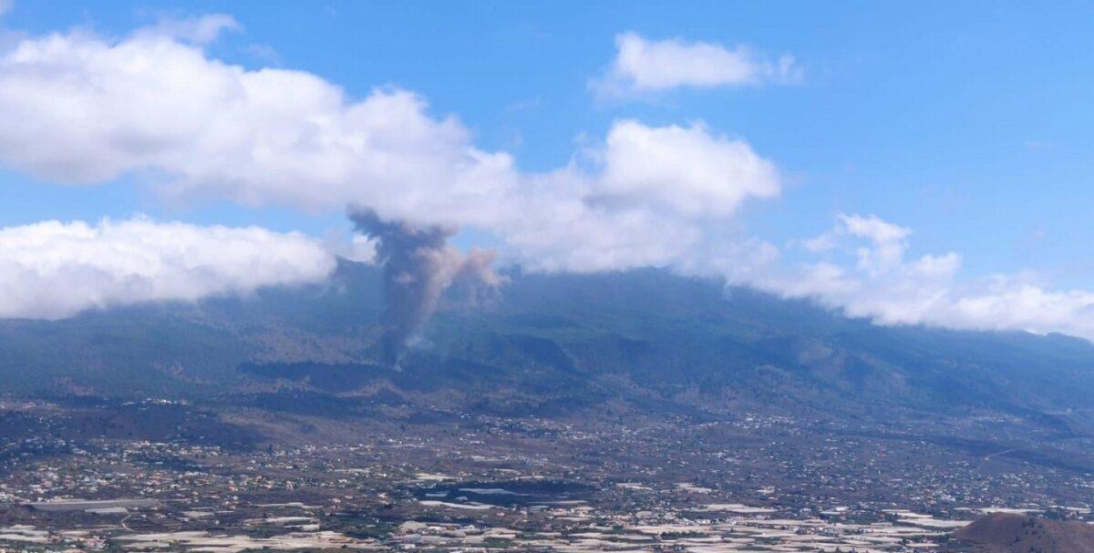 Entra volcán erupción en isla española de La Palma; el Cumbre Vieja arrojó una columna de humo y cenizas, sin que se reporten afectaciones.