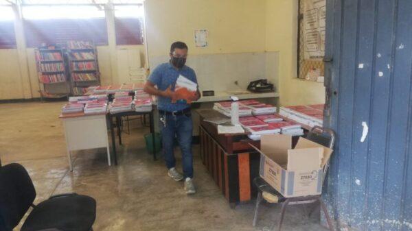 Entregan libros de textos gratuitos en secundaria de Kantunilkín.