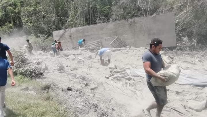 Rapiñan bultos de cemento en las 'curvas del diablo' en JMM; vuelca un tráiler de doble remolque en la carretera federal 184.