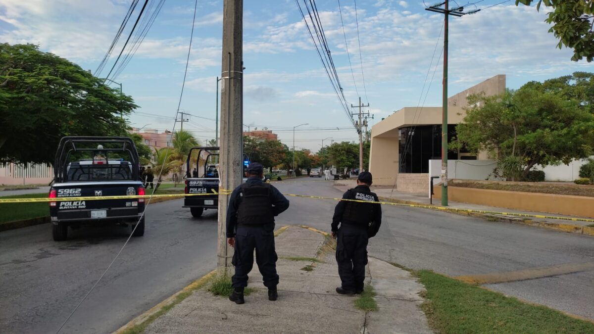 Cancún: Dejan restos humanos frente a televisora en la Yaxchlilán; desde un vehículo arrojaron dos bolsas negras.