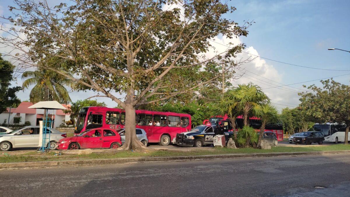 Cancún: Muere una mujer al bordo de su vehículo en la avenida Kabah; al parecer se debió a causas naturales.