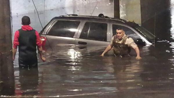 Hombre muere ahogado en su auto por lluvias en Jalisco