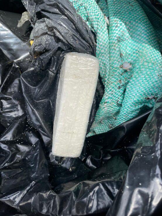 Aseguran tabiques de cocaína en una playa de Tulum; elemento de la Guardia nacional lo hallaron un costal semienterrado entre el sargazo.