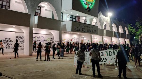 Feministas vandalizan Palacio municipal de Cancún