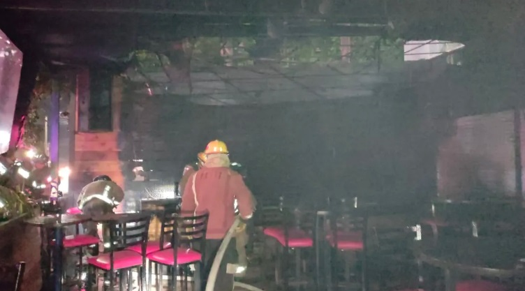 Incendian por la madrugada las micheladas del Tío Toño en Cancún; el fuego arrasó con equipo de audio y parte del mobiliario.