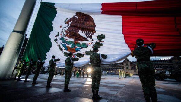 Presidente iza bandera en honor a las víctimas de los sismos de 1985 y 2017.
