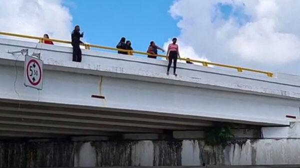 Salvan policías a mujer de saltar en puente de Chetumal