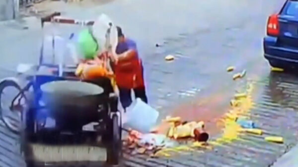 Vendedor de elotes sufre accidente, no creerás lo que le hicieron sus vecinos