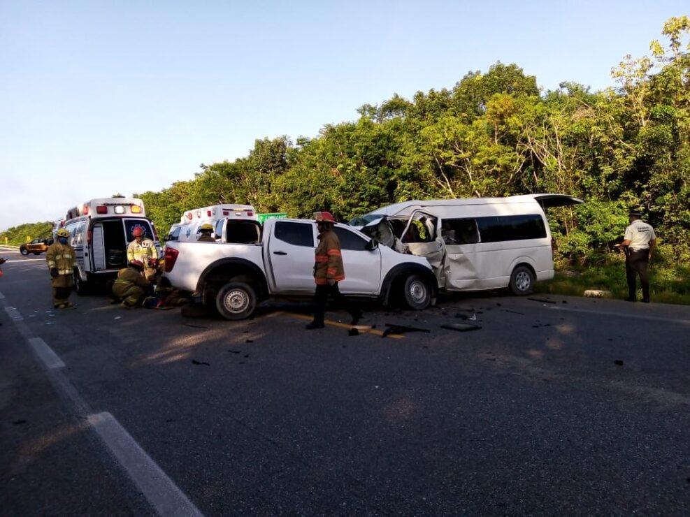 Brutal choque carretero deja 5 muertos en Felipe Carrillo Puerto; van que transportaba a trabajadores de supermercado se impactó contra camioneta.