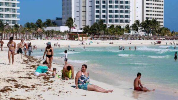 Playas de Cancún con niveles de sargazo moderado.
