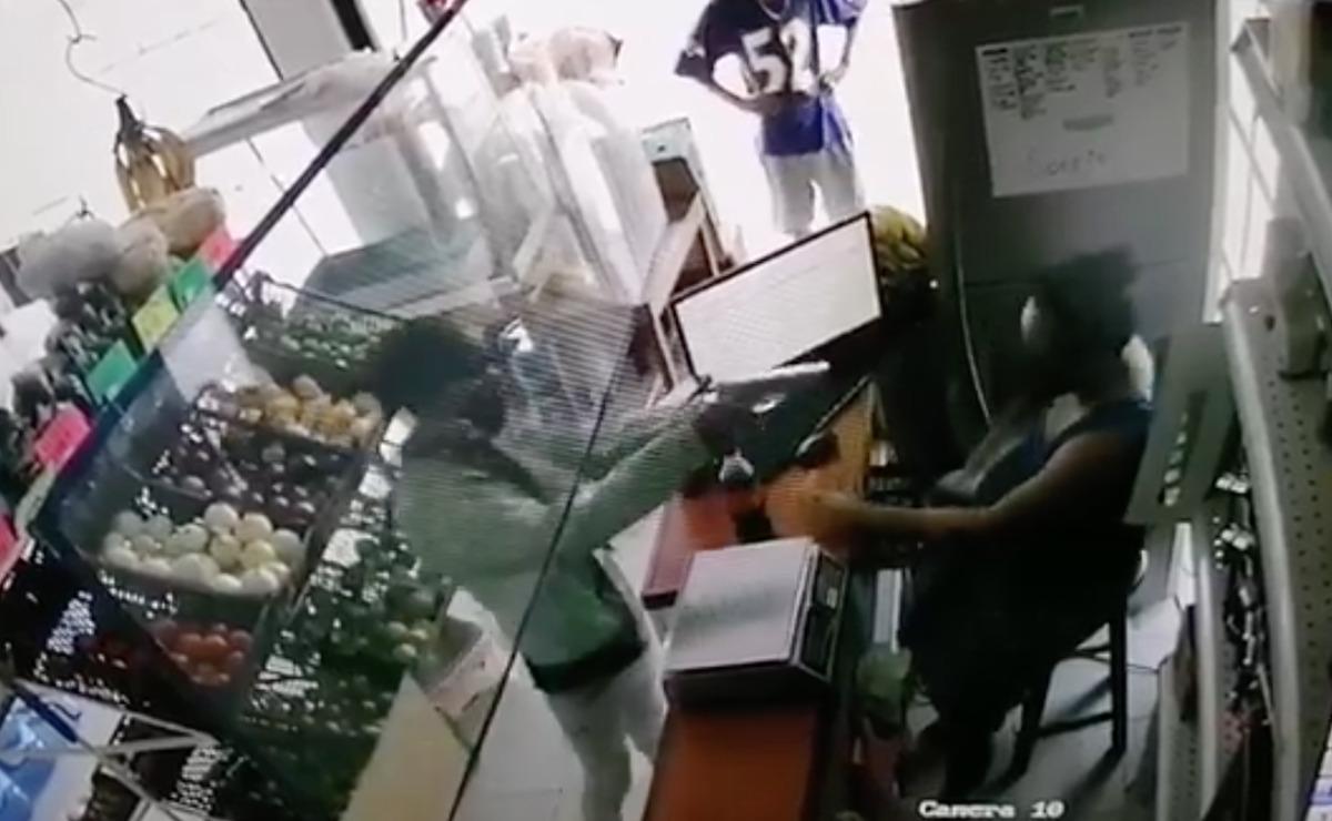 Video: Con descaro, par de sujetos asaltan una tienda en Villas Del Mar Plus