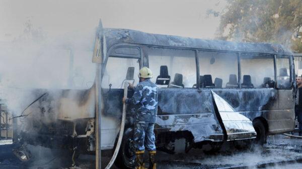 Explotan bombas en autobús militar y deja cerca de 27 muertos