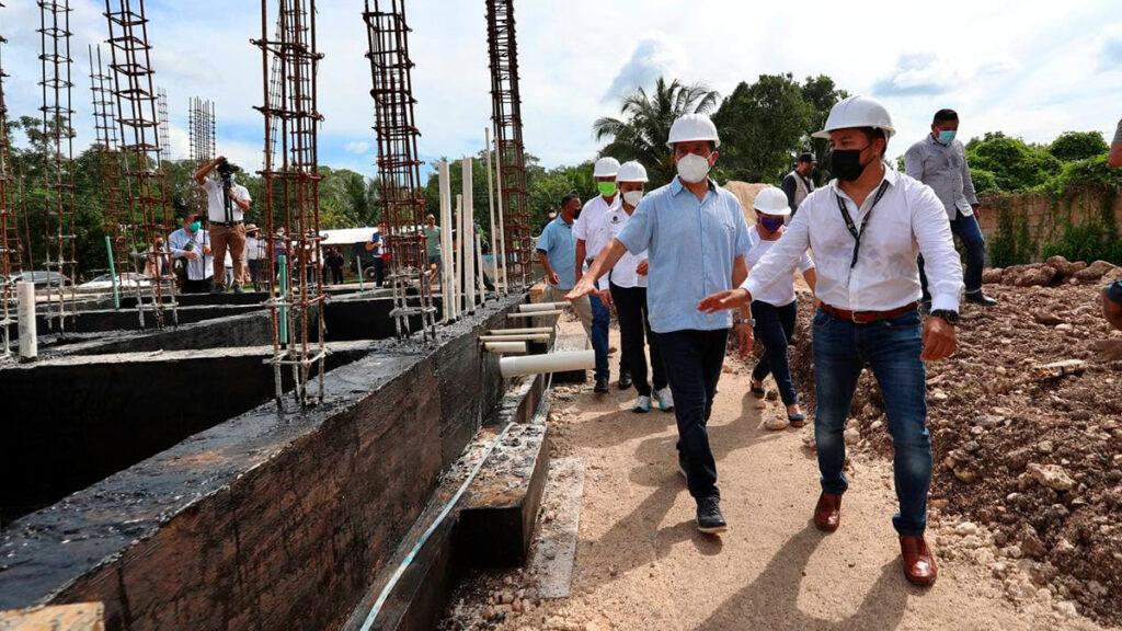 Carlos Joaquín verifica obras para mejorar la imagen urbana de Bacalar, son obras de infraestructura urbana y salud que estarán realizándose en los próximos días, con una inversión que supera los 80 millones de pesos