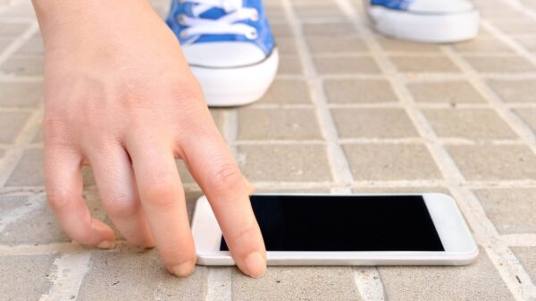 ¡Aguas!, no levantes celulares en la calle; nueva forma de extorsión