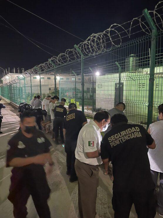Envían al Cereso de Chetumal a 100 reos de cárcel de Playa del Carmen; la medida fue tomada por las autoridades debido al hacinamiento.