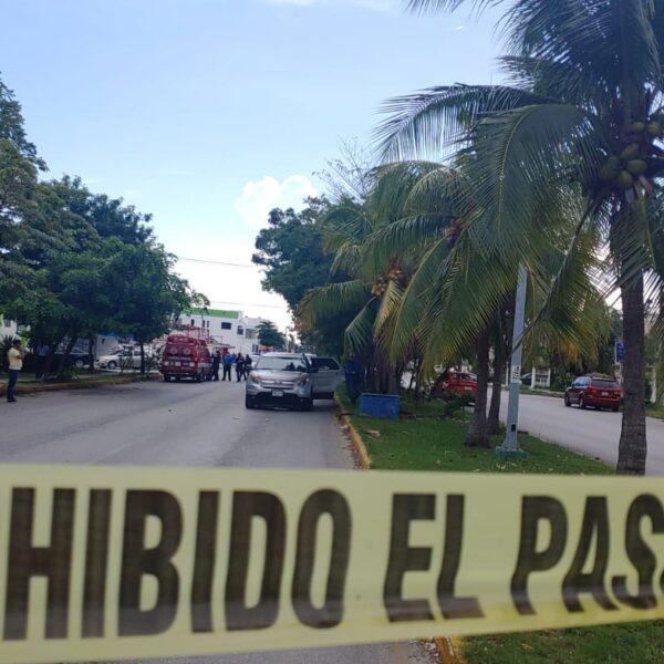 Ejecutan a un hombre a bordo de camioneta en concurrida calle de Cancún