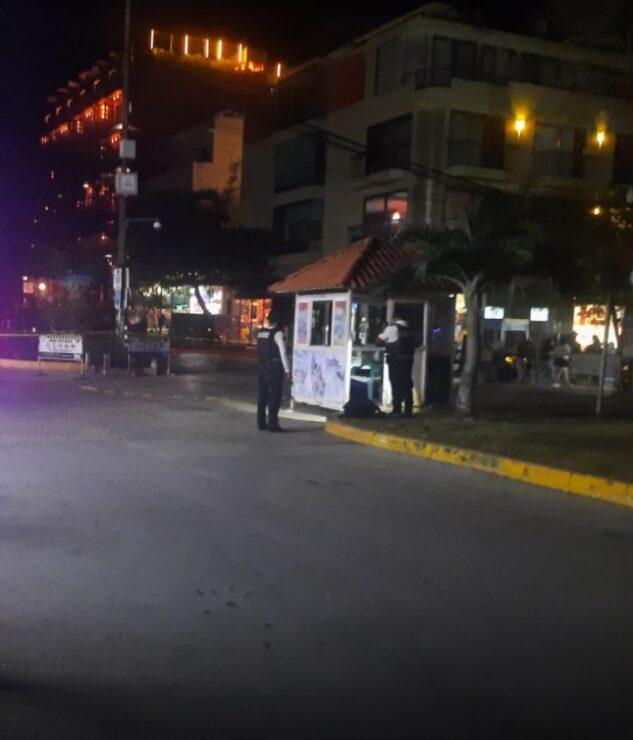 Playa del Carmen: Ejecutan a policía en la Quinta Avenida; decenas de turistas fueron testigos del asesinato a sangre fría en una caseta.