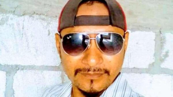 Presunto expolicía asesina a dos mujeres y huye llevándose a una menor