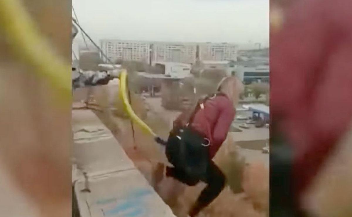Se lanzan de bungee sin atarse correctamente; se impacta en el suelo
