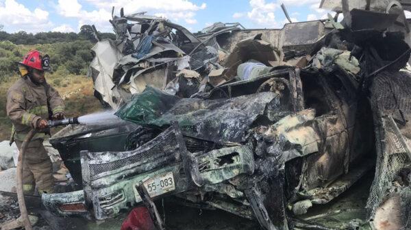 Choca tráiler con camioneta y se incendian; hay siete muertos
