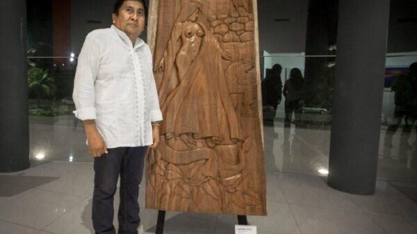 La X-Tabay llega a Brasil, obra emblemática del escultor maya Juan Cimá.