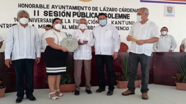 Entregan medalla al mérito ciudadano 'Terencio Tah Quetzal', durante el aniversario de Kantunilkin