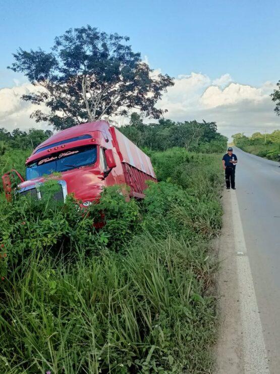 Camión de carga se sale de la carretera en la vía Cancún-Mérida; el accidente fue a la altura de la comunidad Santa Melba y no hubo pérdidas.