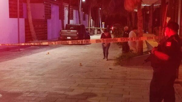 Intentan ejecutar a un sujeto ante decenas de turistas en Playa del Carmen.