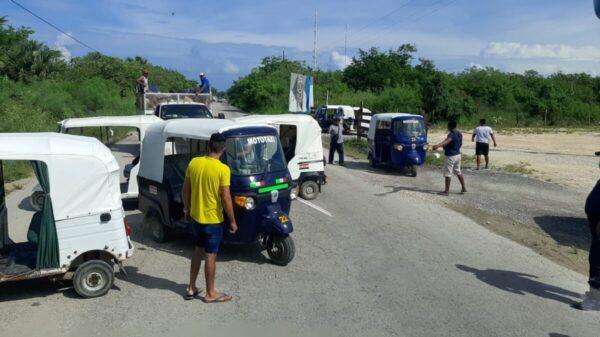 Mototaxistas del puerto de Chiquilá bloquean el acceso a autobuses.