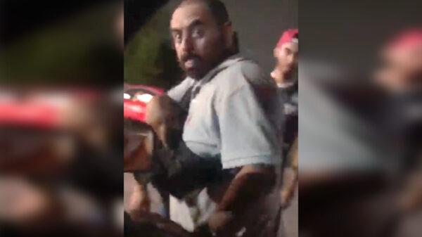 Video: Exhiben a presuntos empleados municipales de Cancún amenazando con pistola a automovilista